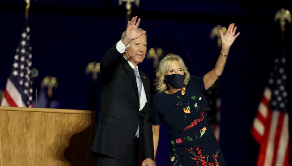 JILL BIDEN: Da USAs nye president og førstedame ble presentert, hadde Jill Biden på seg luksuskjole fra Oscar de la Renta. Foto: NTB