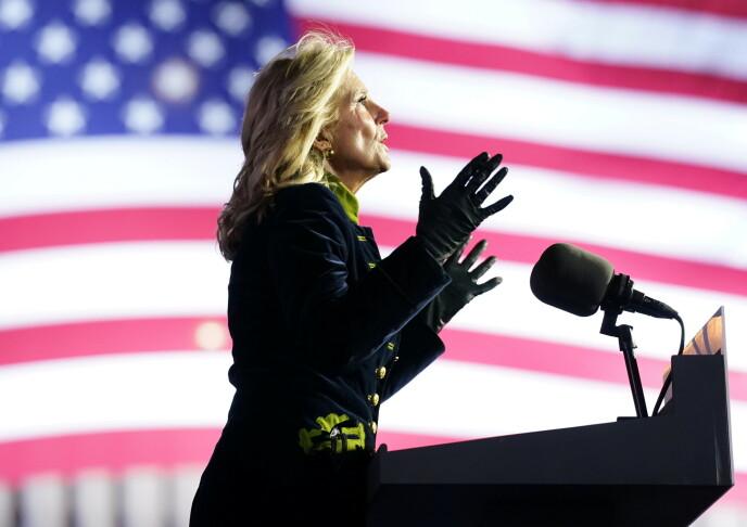 PÅ TALERSTOLEN: I amerikansk politikk er ektefellene med, men stort sett mange skritt bak. Men Jill Biden har vært aktiv på talerstolene også. FOTO: NTB