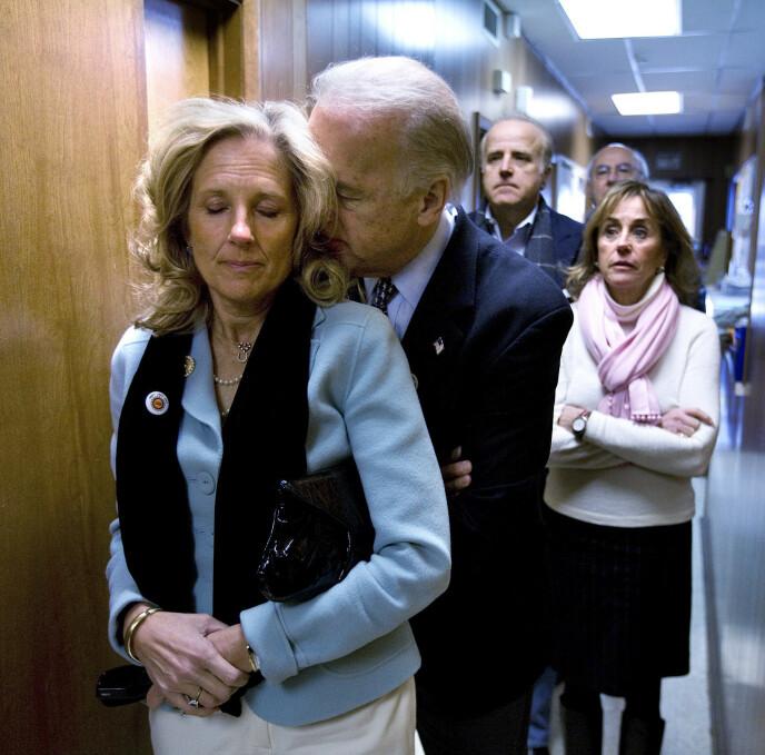 TID FOR ØMHET: Det finnes mange bilder av Joe og Jill Biden som tydelig viser hengivenheten mellom de to. Dette snapshotet er fra 2008. FOTO: NTB