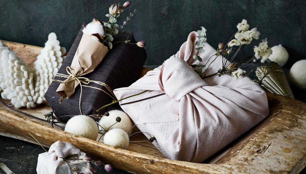 Tips! Gå på utkikk etter fine tørklær, kjøkkenhåndklær og lommetørklær i bruktbutikker. De er supre å bruke til innpakning. FOTO: Skovdalnordic.com