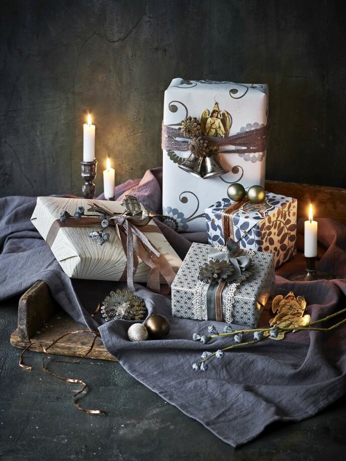 Tips! Gi gavene et ekstra hint av vintage ved å henge på gamle juleklokker, glasskuler og julepynt i gammel stil på båndene. FOTO: Skovdalnordic.com