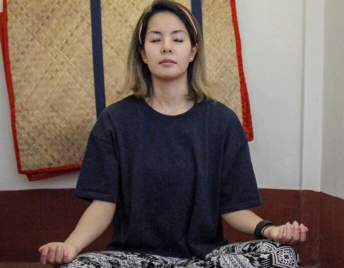 FRISK AV MEDITASJON: For å bli frisk reiste Miko blant annet til et tidagers «silent meditation retreat» i Myanmar. – Meditasjon gir meg innsikt, trygghet, får meg ned på jorden når jeg er stresset, sier hun. FOTO: Privat