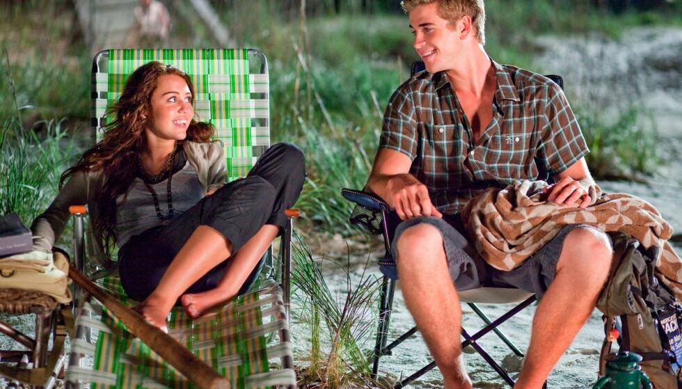 FORELSKET SEG: Slik så det ut da Miley Cyrus og Liam Hemsworth, som da var henholdsvis 16 og 18 år gamle, ble kjent i 2009. Bildet er fra en scene i «The Last Song». FOTO: NTB