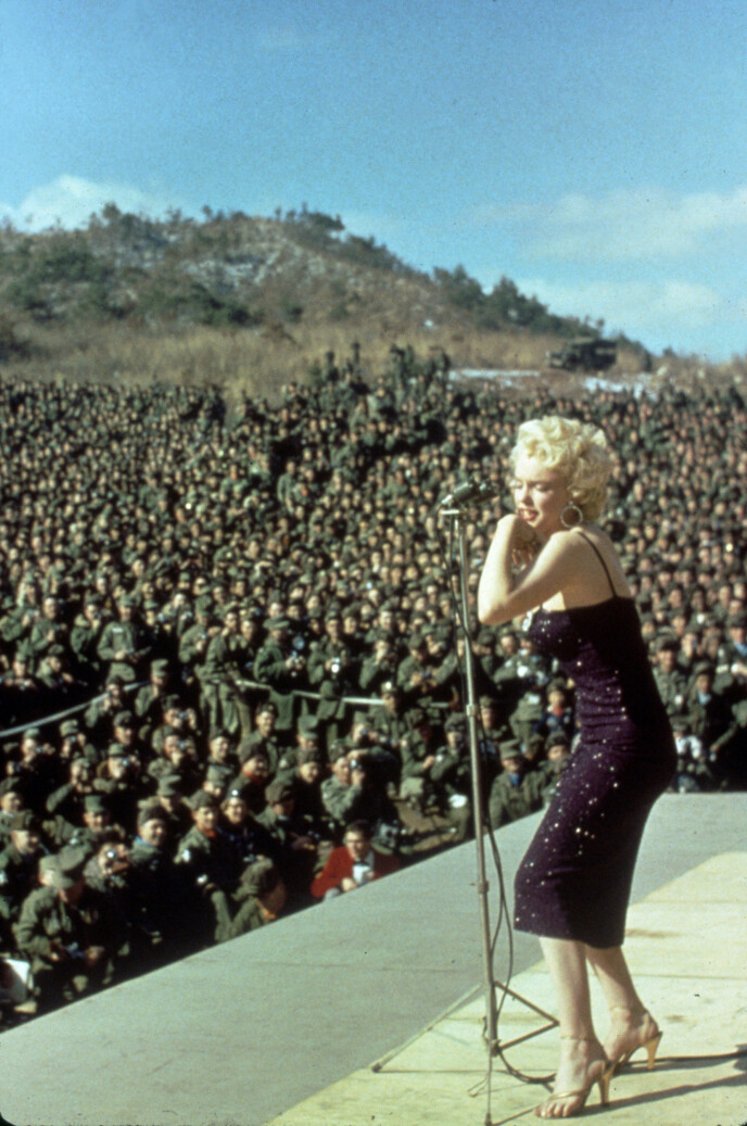HÅP: Marilyn Monroe underholder de amerikanske troppene i Korea i 1954. FOTO: NTB