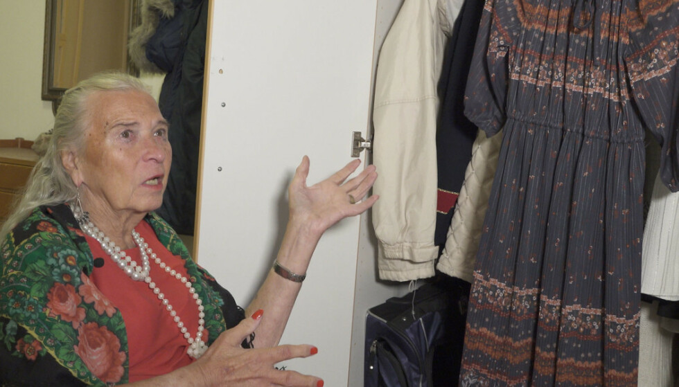 SKAPET FULLT: Birgitta har tatt vare på klærne til sin avdøde kone Inger. FOTO: Hamon Moravejzadeh
