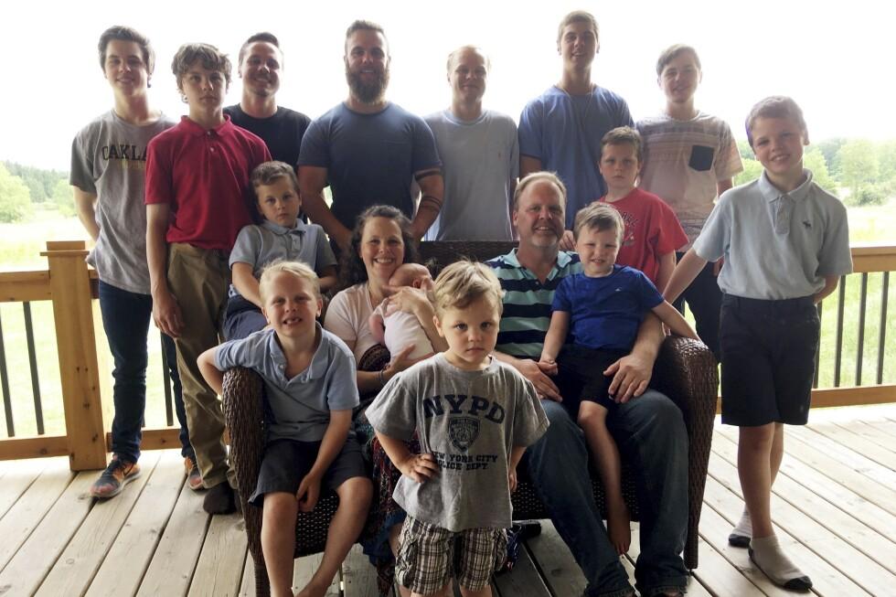 SVANGERSKAP: Mamma Kateri har født hele 15 barn. Her er familien fotografert på familiegården i Michigan i 2018, da sønnen Finley kom til verden. I år ble de foreldre til sin første datter. FOTO: NTB