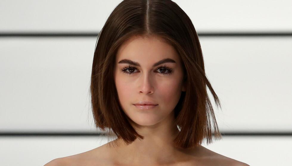 I MORS FOTSPOR: Modell Kaia Gerber har arvet sin mors skjønnhet - og bryn. FOTO: NTB