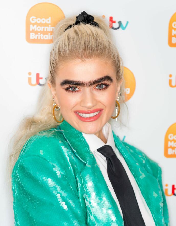 SAMMENHENGENDE: Modell Sophia Hadjipantelli har fått både ros og hatmeldinger for sine monobryn, som hun for øvrig skal ha gitt navnet Veronica. FOTO: NTB