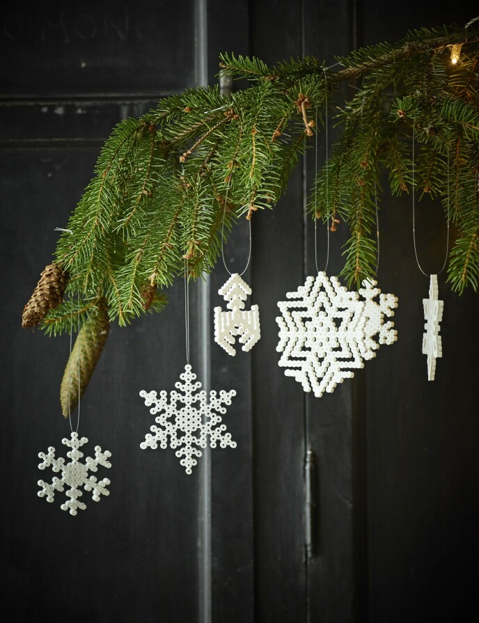 Tips! I stedet for kun å lage snøfnuggene hvite, kan du også bruke noen gjennomsiktige og svakt lyseblå perler som ligner iskrystaller. FOTO: Skovdalnordic.com og Thea Lind Thomsen