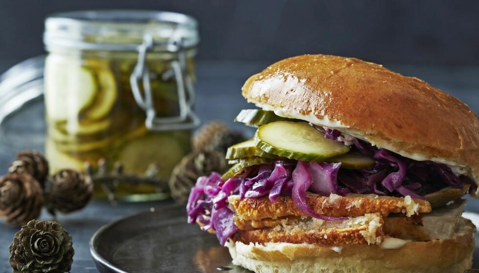 JULEMAT: ... Med en vri! Svinestek-sandwich med rødkål og lynsyltet agurk. FOTO: Winnie Methmann