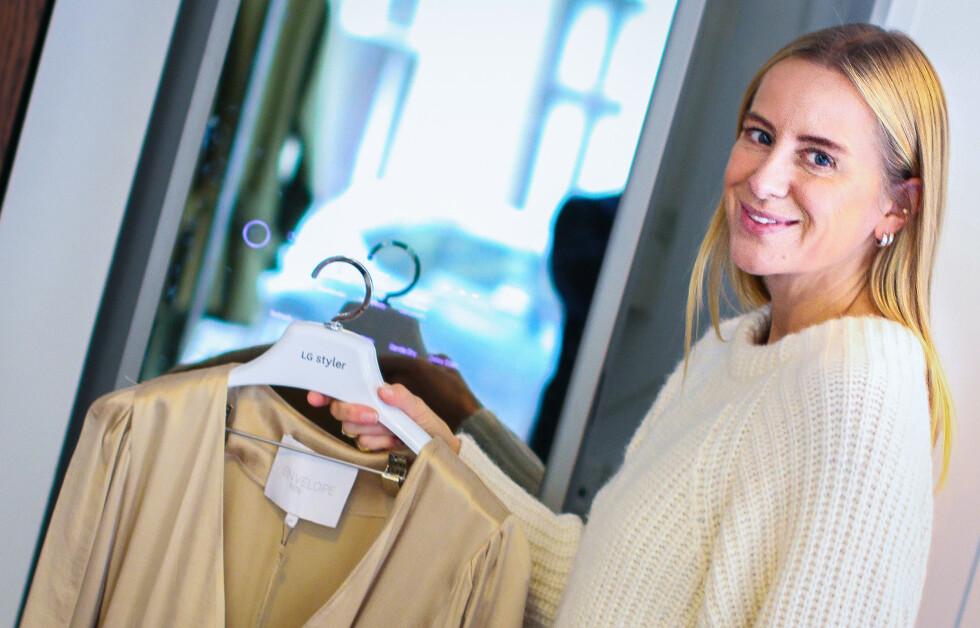 BÆREKRAFTIG KLESPLEIE: Celine Aagaard og hennes klesmerke Envelope1976 har tatt i bruk dampskapet LG Styler for å gi klærne en skånsom oppfriskning.