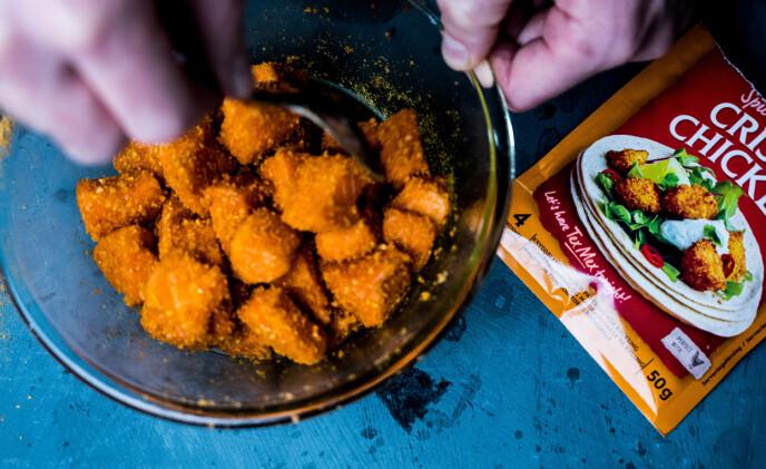 PANERING: Ved å blande fisken med Crispy Chicken Spice Mix før steking, blir laksen deilig å sprø på utsiden.