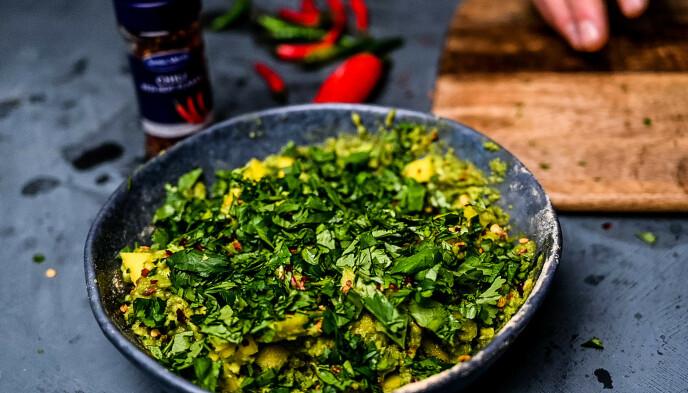 GUACAMOLE MED EN VRI: Mangobiter, koriander og chili flakes gjør denne guacamolen til en sikker vinner.