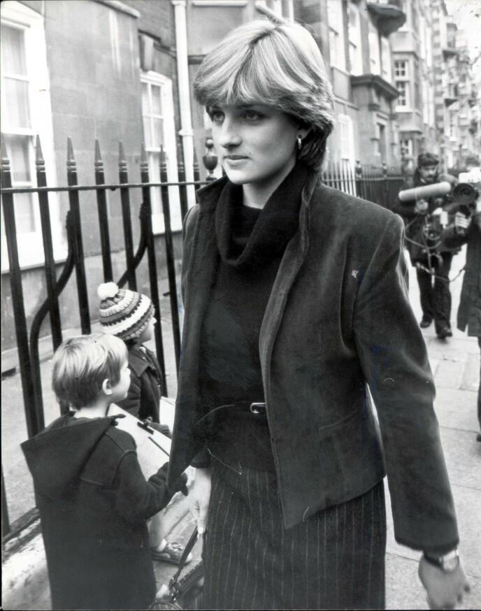 ETTERTRAKTET: Lady Diana forlater leiligheten sin i Old Brompton i 1980, forfulgt av fotografer, etter ryktene om at hun skal inngå forlovelse med prinsen av Wales. FOTO: NTB