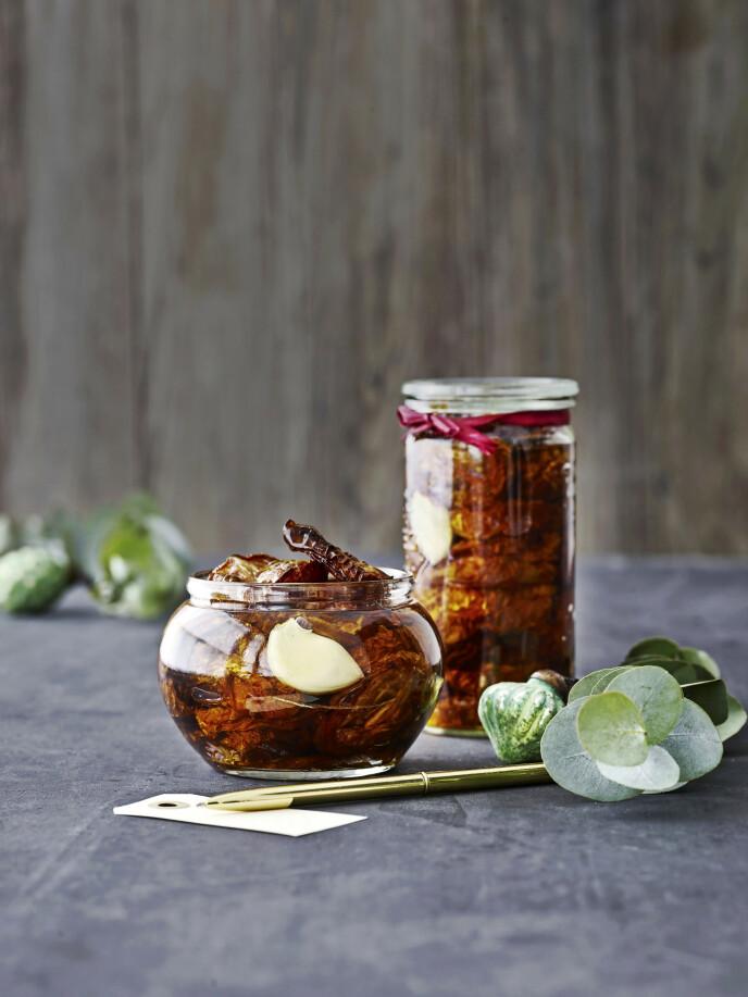 Tips! Hvis du vil gjøre det raskere, kan du steke tomatene i ovnen på 150° i 1 time. De blir ikke like tørre da, men de får fortsatt en intens og søtlig smak. FOTO: Line Falck Christensen