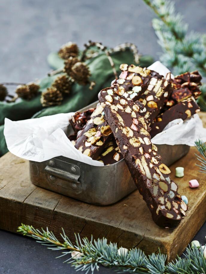 Hvem vil ikke bli glad for kombinasjonen av sjokolade, nøtter, kjeks og skumgodteri? FOTO: Line Falck Christensen