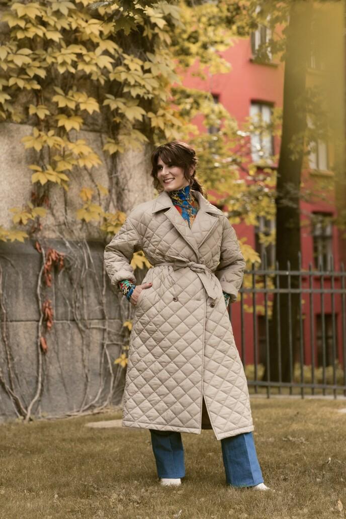 Kåpe (kr 1000, Only Trend) og pologenser (kr 400) og bukse (kr 600, begge fra H&M Studio). Tips! En høyhalset genser er perfekt under kåper med fine krager som du ikke vil dekke med et skjerf. FOTO: Astrid Waller