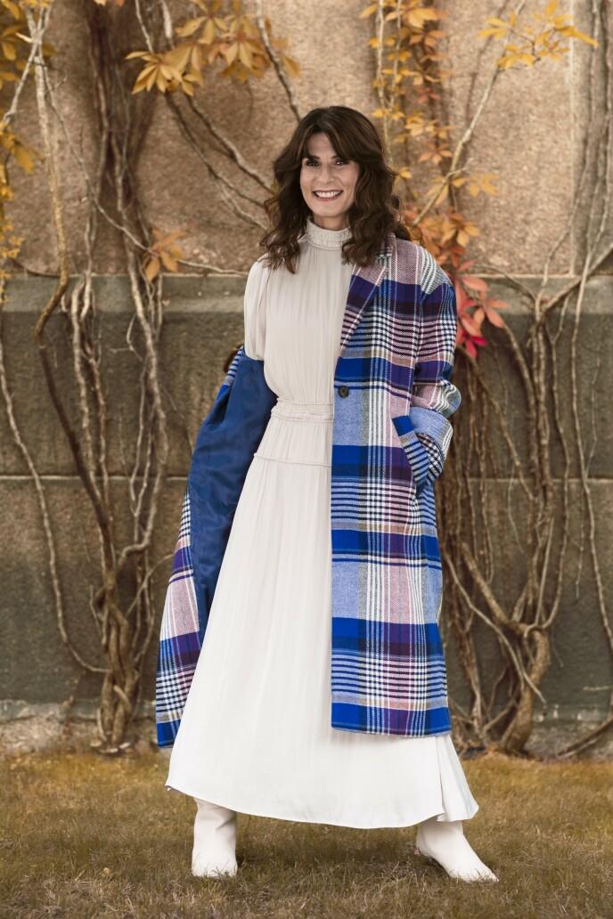 ETTER: Kåpe (kr 4900, Gant) og kjole (kr 600) og støvletter (kr 1300, begge fra H&M). TIps! Kombiner mønstrete plagg med rolige farger for en fin balanse. FOTO: Astrid Waller