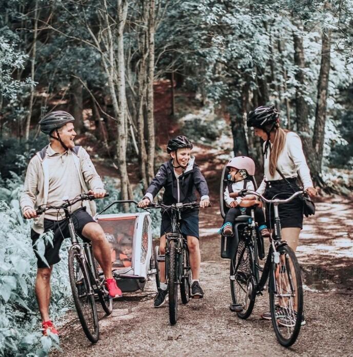 EN NY VERDEN: Familien på seks er glad i å holde seg aktive. Det føltes som en helt ny verden etter at de fikk sykkelvogn som to av trillingene kunne plasseres i. FOTO: Privat