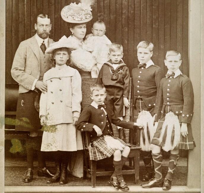 EN SVUNNEN TID: Kong Georg V med kona Mary av Teck og de seks barna prinsesse Mary, lille prins John i armene på mor, prins Henry hertugen av Gloucester, sittende prins George, hertugen av Kent, prins Edward av Wales - senere kong Edward VIII som abdiserte - og prins Albert, senere kong George VI - dronning Elizabeths far (t.h.). Bildet er tatt i 1906. FOTO: NTB