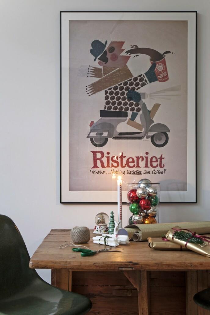 Humor skader aldri, og skaper en fin balanse mellom tradisjoner og pynt. Som en plakat av en mann på scooter som jo kunne vært en moderne julenisse. Tips! La julegavene ligge framme hele desember som en del av pynten. FOTO: Iben og Niels Ahlberg