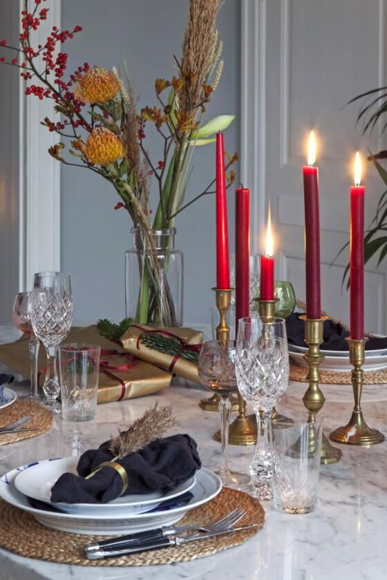 Løft en enkel borddekking med høye blomster og stearinlys i ulike størrelser. Porselenet er fra Royal Copenhagen, og glassene er vintage. FOTO: Iben og Niels Ahlberg