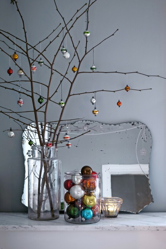 Slik kan du vise fram glasskulene på en dekorativ måte til tiden kommer for å pynte selve juletreet. FOTO: Iben og Niels Ahlberg
