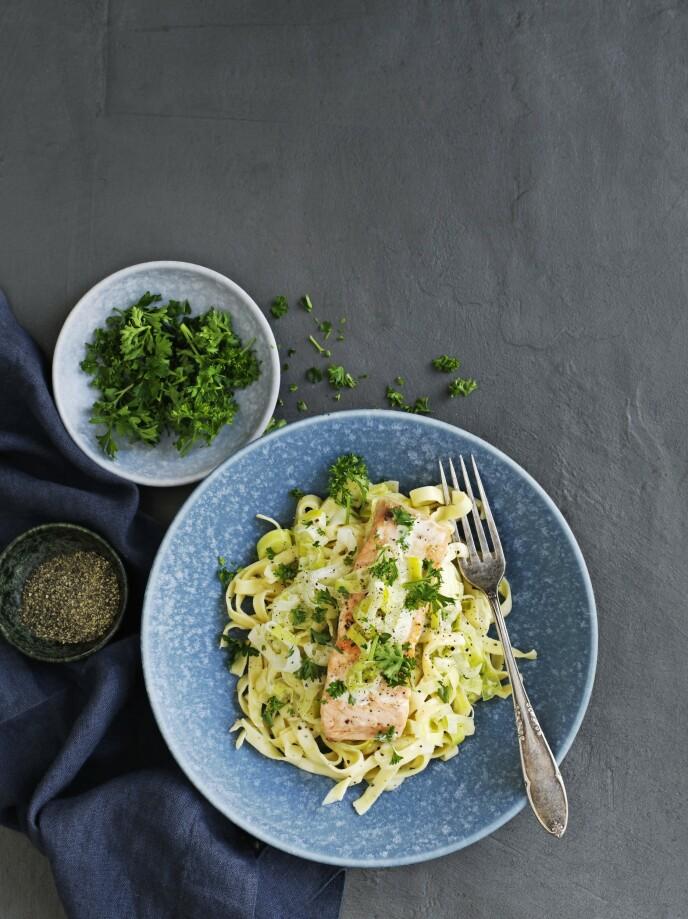 Laks er en av de mest populære fiskesortene på middagsbordet, og denne retten med pasta og frisk saus smaker knallgodt. Tips! Retten kan også serveres med en god potetstappe eller kokte poteter. FOTO: Columbus Leth