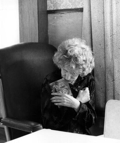 DRONNINGENS KUSINER: Søstrene Katherine og Nerissa tilbrakte store deler av livet på mentalsykehus. En av episodene i TV-serien The Crown, sesong 4, tar for seg deres skjebne og historie. Dette bildet er tatt av førstnevtne søster i 1987. FOTO: NTB