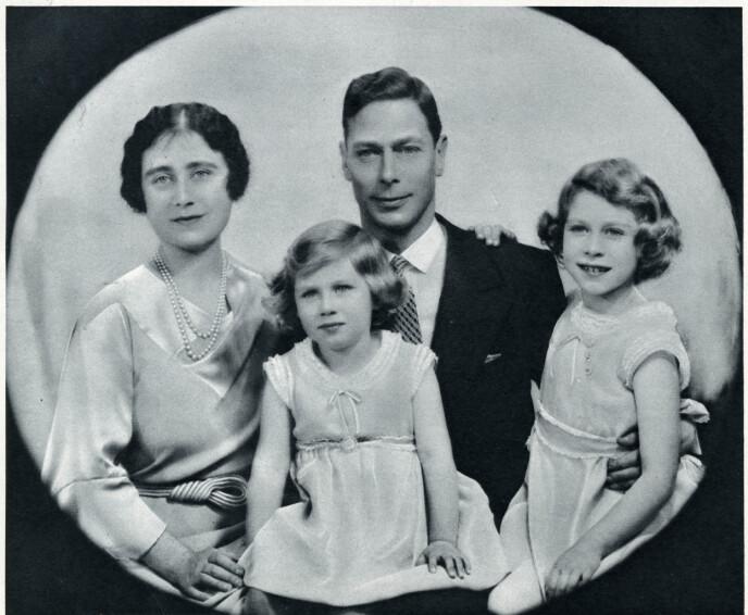KONGELIG: Elizabeth Bowes-Lyon med ektemannen, senere kong George VI, og barna prinsesse Elizabeth og prinsesse Margaret i 1936. Hun var tante til kusinene som ble plassert på mentalsykehuset. FOTO: NTB