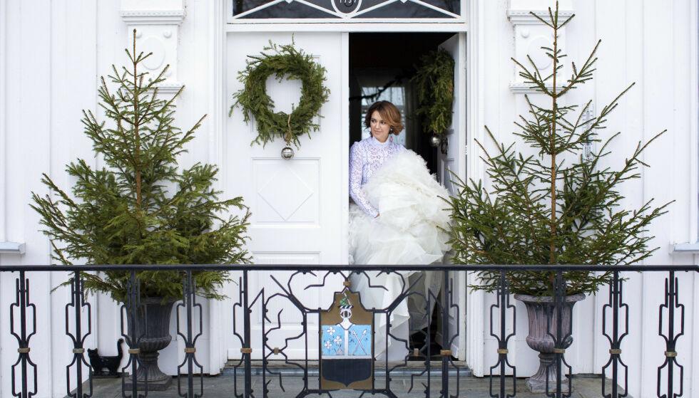 - Å skape stemning i julen er det viktigste, uansett hvor man bor, sier Charlotte Sveinsen, som bor på tradisjonsrike Hovinsholm Gård på Helgøya i Ringsaker kommune. FOTO: Kristina Meyn Krogvold