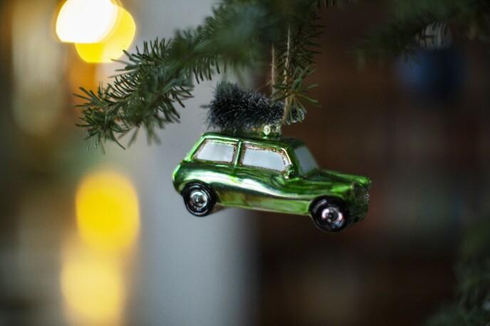 – Jeg kjøper minst én ny kule hvert år, som ofte representerer noe som har skjedd det året. Vi kjøpte ny bil et år, så da ble det en bil-kule. FOTO: Kristina Meyn Krogvold