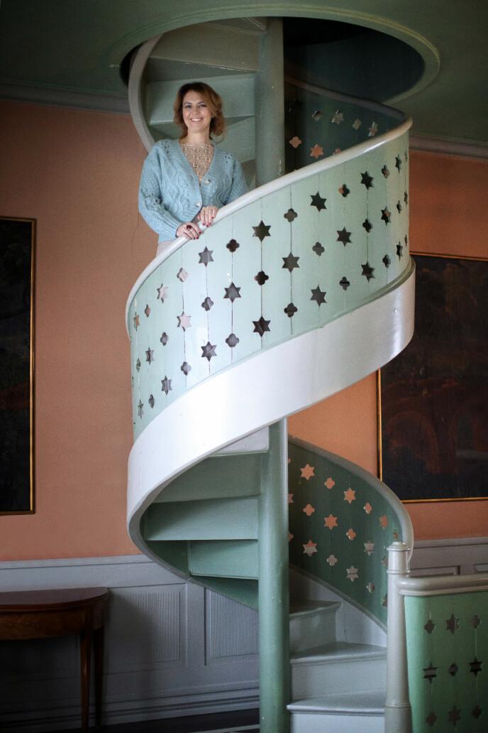 Trappen er fra Gamle Oslo kvinnefengsel. En spiraltrapp som besteforeldrene til mannen min i sin tid fikk tak i, forteller Charlotte. FOTO: Kristina Meyn Krogvold