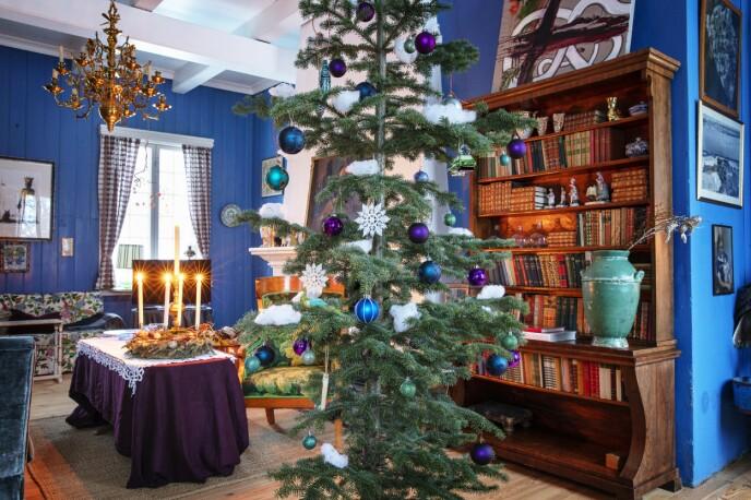 Dette rommet kalles blåstua, og her fullføres stilen med pynt i ulike nyanser av blått. FOTO: Kristina Meyn Krogvold