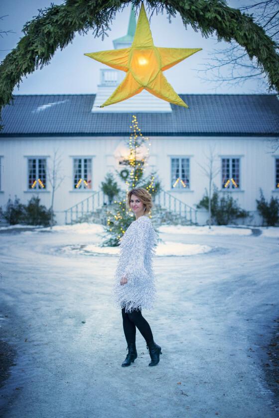 Julestjerna på tunet kjøpte Tolles mormor på 30-tallet. Det er samme stjerne som henger i gågata på Lillehammer, forteller Charlotte. FOTO: Kristina Meyn Krogvold