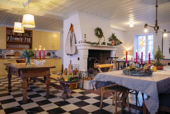 Charlotte pynter helst med historisk og klassisk julepynt. På kjøkkenet bruker hun også mat, som for eksempel tørkede appelsinskiver, som dekor. FOTO: Kristina Meyn Krogvold