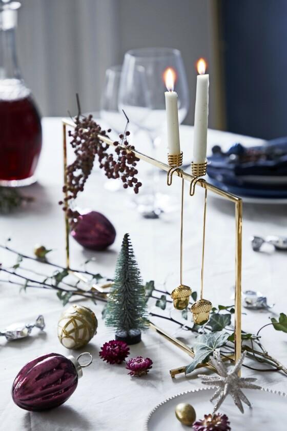 Den firkantede messingstaken og lysholderen midt på bordet, samt det lille juletreet er alle fra Søstrene Grene.