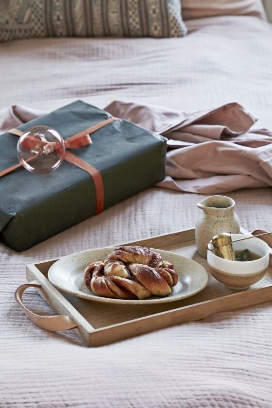 Trefatet på sengen er fra Skagerak, og kanne, teegg og tallerken er fra Søstrene Grene. Tekoppen er fra en reise til Jordan.