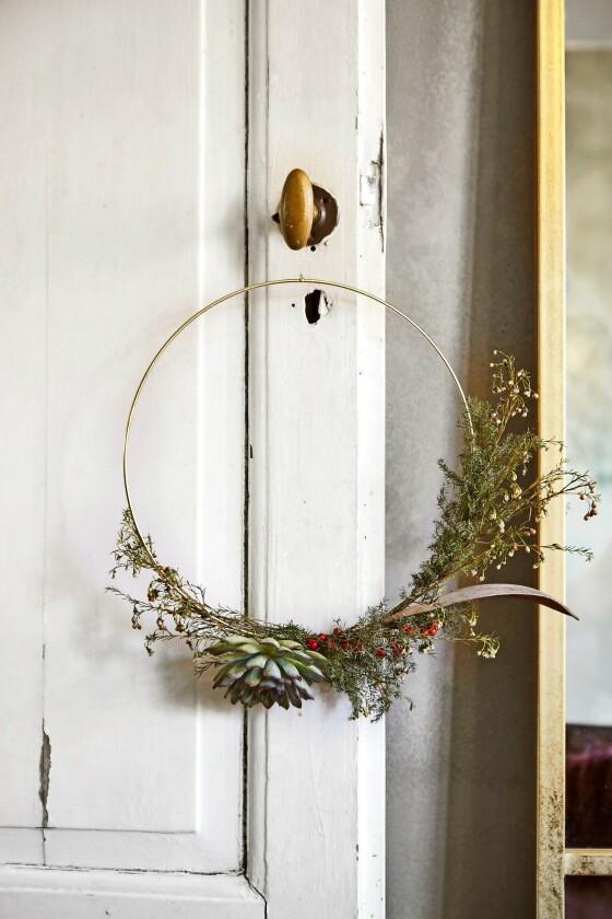 En enkel og elegant krans pynter opp på en dør. FOTO: Lene Samsø