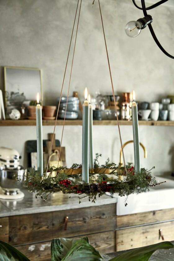 Den enkle adventskransen er laget med en messingkrans fra Ferm Living, som Susan har pyntet med små grangreiner og blomster. FOTO: Lene Samsø