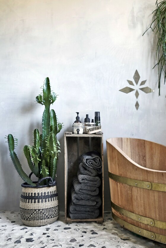 På badet har paret skapt hverdagsluksus med et stort badekar i tre. Det stilige gulvet er laget av masse strandstein. FOTO: Lene Samsø