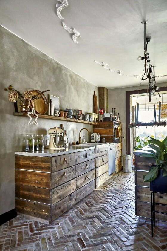 Dette kjøkkenet er faktisk et Ikea-kjøkken. Det Susan og Daniel har gjort, er at de har selv kledd elementene med grove treplanker. Benkeplaten er av betong. FOTO: Lene Samsø