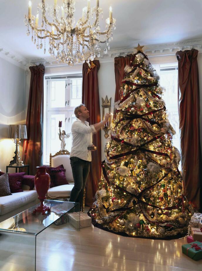 – Dette treet er min store stolthet, sier Sigurd Storm. Juletreet er pyntet med over 1500 gjenstander, 900 lys, 40 meter sløyfebånd og over 100 meter perlesnører, og det er forsikret for en halv million kroner. Stuen har for anledninger fått en dyp rød silke over de opprinnelige gardinene.