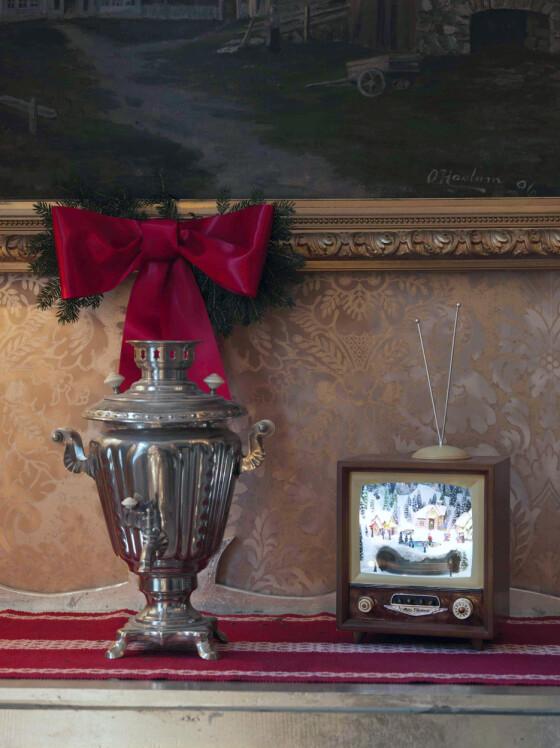 – Denne lille fjernsynsskjermen kjøpte jeg på tivoliet i København. Ekstra hyggelig var det at hun som solgte meg den visste hvem jeg var fra tv.