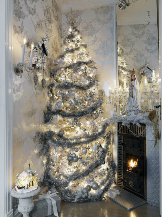 Et av juletrærne er et hvitt, kunstig et. – Treet er fylt opp med rimelige kuler, og den fineste pynten hengt ytterst. Kraftig glittergirlander gjør seg godt på treet, tipser interiørstylisten.