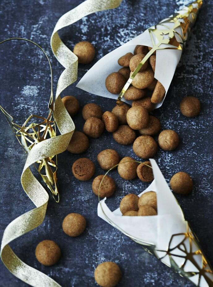 Peppernøtter er en klassiker til jul. Og dette er kaker som barna vil like å lage sammen med deg. Tips! Hvis du på forhånd vet at du ikke får bruk for en så stor porsjon peppernøtter, kan du fint fryse ned halvparten av deigen og ta den opp en annen gang når du får lyst til å bake. FOTO: Betina Hastoft