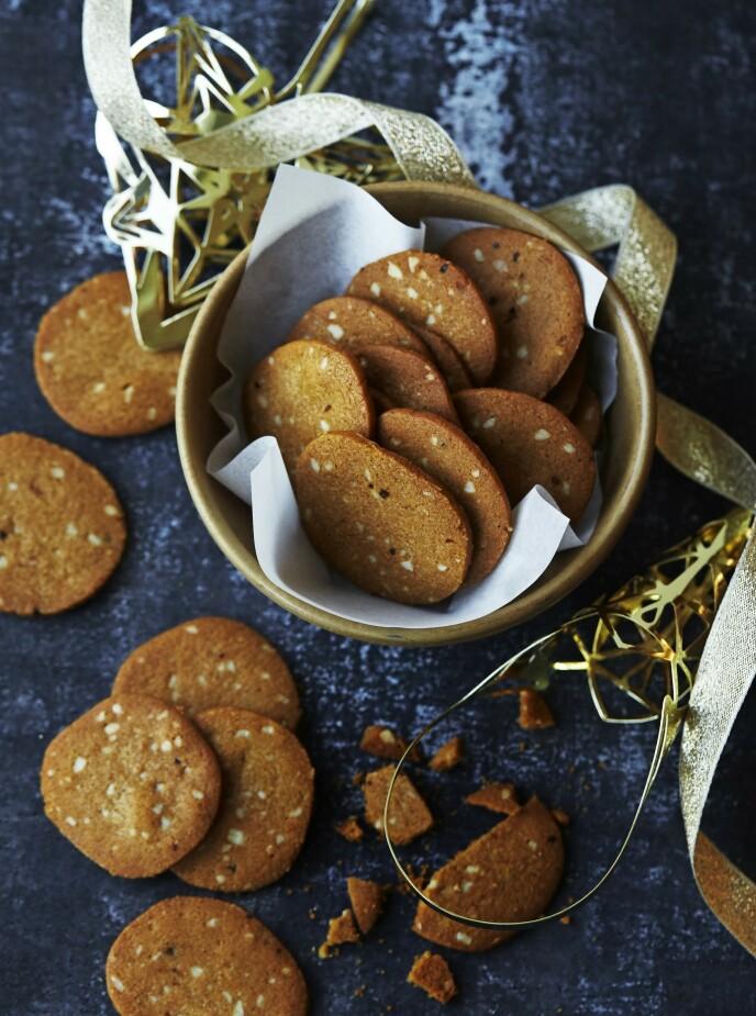 Brunkaker er danskenes svar på våre pepperkaker. Tips! I stedet for mandler kan du bruke andre nøtter. Prøv f.eks. med usaltede pistasjnøtter eller hasselnøtter. FOTO: Betina Hastoft