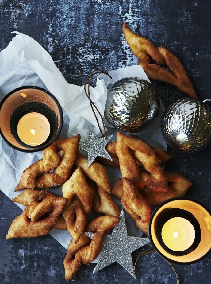 Klejner er danske julekaker som kan minne om fattigmann. Disse har fått en ekstra piff av sitron. Tips! Deigen er mye lettere å arbeide med når den er iskald, og derfor kan den gjerne ligge kjølig i 1 døgn. FOTO: Betina Hastoft