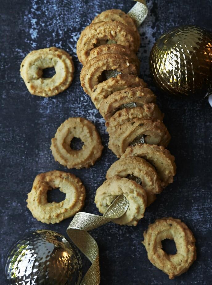 Disse småkakene er søte og sprø – kanskje akkurat slik som bestemor lagde dem, hvis hun også var raus med ekte vanilje som denne oppskriften legger opp til. FOTO: Betina Hastoft