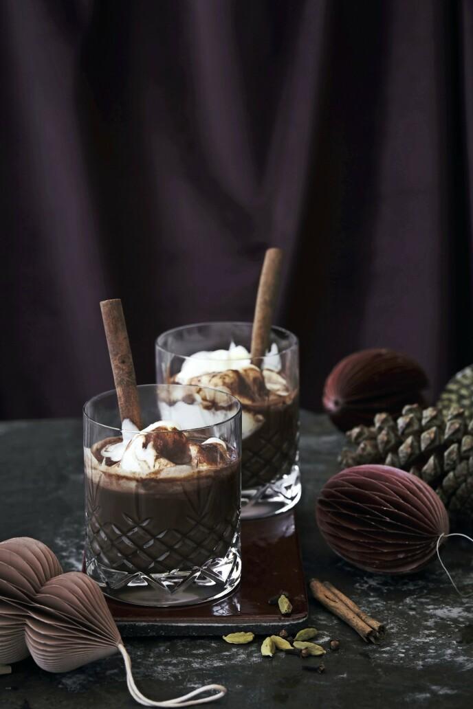 En enkel slurk av den krydrede kakaoen gjør deg garantert varm og glad innvendig. Tips! Hvis det er barn som også skal ha, er det bare å droppe alkoholen og eventuelt redusere mengden krydder. FOTO: Stine Christiansen